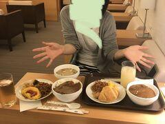 まずは恒例のラウンジでいっぱい食べようのコーナーです。 福岡空港国際線ターミナルでは大韓航空以外はこちらのラウンジ福岡を利用します。 二人ともカレーを持ってくるという過ちを犯してしまいました、、、量ハンパないです。