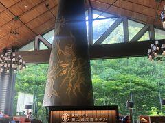 旅行雑誌等にもよく掲載されてる「ロビー森の神話」! コーヒーやりんごジュースがサービスされてて、ゆったり過ごそうです(^_^)