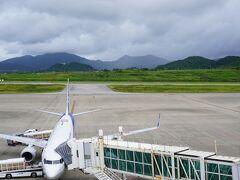 空港で乗り換え。 展望デッキは曇り空なので写真も映えない。