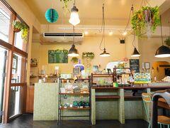 ユーグレナモール近くのオシャレそうなお店に入りました。 ミドリムシのお店。  語弊がありますね。 ミドリムシと石垣の素材で作った料理ね。
