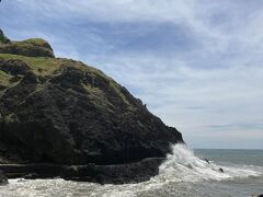 洞窟を抜けるとこんなかんじ。 荒波がすごくてこわいいぃい。 右奥の波がすごいところまで歩いて行ける歩道はあったので、 潮が落ち着いてたら行けたかも!?