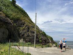 弥彦山に向かう途中、立ち寄り。 写真奥の崖にあるほっそい小さい階段は手すりが低くてこわそう。あれを上がっていくと灯台があるのかな。