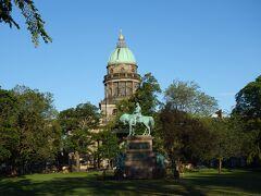 シャーロット・スクエア・プライベート・ガーデンとAlbert Memorial と連邦政府庁舎