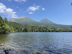 道の駅でリフレッシュした後1時間で、雌阿寒岳を見晴らせる湖、オンネトーに到着。