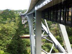 下栗から北上します。国152を北上です。 この国152は遠州(浜松)~高遠・諏訪・白樺通過し信濃上田までの遠距離道路です。山岳走る国道ですので途中で通行止めが数か所あります。 天竜峡IC付近の橋桁です。天竜川にかかる橋です。 三遠南信自動車道で飯田山本IC(中央道)から東に進んだ天竜峡ICです。