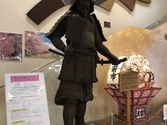 何とか11時前には弘前市に着けて、市立の駐車場にも停められた。  こちらは市立観光館1階の展示されている津軽為信公の象!