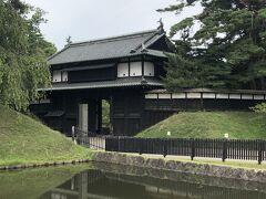 先ずは弘前城のある弘前公園に向かいます。