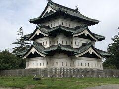 弘前城の天守!  天守のある本丸に入るのは有料になってます。