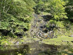 現在進行形でマンガンが再生されているそうで、崖の岩は黒く覆われています。