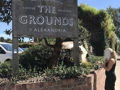 シドニーに住む友人と一緒に食事や観光する為、こちらThe Groundsで待ち合わせしました。 (右に写っている方は関係ありません)
