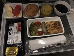 シンガポール・チャンギ発福岡行きは深夜便ですので、寝て起きたころに機内食(朝食)を頂きます。こちらは洋食でオムレツとソーセージです。