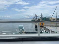 熊本港に向かう途中、「熊本港って有明海だよな…海苔だな…」と思い、急遽有明海苔が売っている場所を検索! ちかくにあった亀八海苔屋さんにお邪魔しました!海苔にもグレードがあるらしく、圧倒され写真を撮るのを忘れました(-_-;) https://kamehachi-nori.co.jp/ ←ホームページがあった! 熊本港到着?長崎の島原を繋ぐフェリー会社は2つあり、熊本フェリーの「オーシャンアロー」は30分。九商フェリーの「レインボーかもめ」は60分。 そんな急ぐ旅でもないし、九商フェリーを選択!コロナ禍で減便しているため、事前予約しておきました。平日はそんなに混んでいないらしいですが、受付の人曰く休日は変わらず、とのこと。 朝3時に起きていた疲労があったのかフェリーに乗って出発する前に寝てしまいました(;'∀') 良い休息をしました。笑