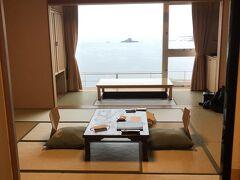 ゴジラ岩から30分かからずに、本日のお宿「海と入り陽の宿 帝水」に到着!  純和室のお部屋です。