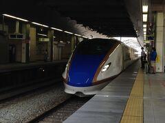 眼光するどく「白鷹号」がホームに滑り込んできました。 金沢でサンダーバードに乗り換えます。