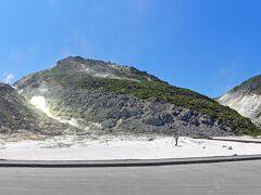 アイヌ語で「アトサヌプリ」、裸の山と呼ばれる硫黄山です。摩周湖と屈斜路湖の間にある山で、第四紀火山で活火山に指定されています。 約3万年前という比較的新しい火山です。有害な硫化水素も含まれているそうです。