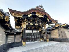 二条城 唐門(重要文化財)  二の丸御殿の正門にあたり、切妻造、桧皮葺の四脚門でその屋根の前後に唐破風が付きます。