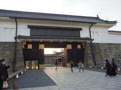 最後は二条城のライトアップです。 祇園からバスで二条城へ移動。 夕方のこの時間は道が混んでいたので、移動に時間がかかってしまいました(>_<)  この前にもう一か所、寄り道をしようと思っていたけど断念..。  二条城に着くと既に開門待ちの列が。  ★元離宮二条城 https://nijo-jocastle.city.kyoto.lg.jp/
