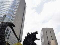 ああああああああ! ゴジラが東京を襲撃しているぅぅぅ!  とは冗談で、ここはゴジラを制作した東宝の本社前広場なのでゴジラの像が飾られていたのですね。