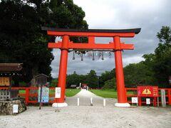 西賀茂神社前バス停下車、直ぐ「上賀茂神社」です、  鮮やかな朱の「一の鳥居」を礼し、参道を歩き始めましょう!。  *バス停付近のロータリーが綺麗に整備されてました。