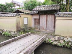 各屋敷ごとに石橋が掛かり、土塀で囲まれた独特の景観が素晴らしい~、  「西村家別邸」は唯一の一般公開をしていましたが現在は中止されてました。