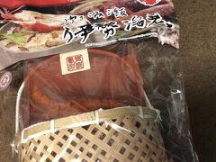 伊勢駅前の外宮参道にて最後の買い物をしました。この伊勢海老炊き込みご飯、未だに食べていません。