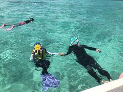 ヤビジ(八重干瀬)の海の美しさは、文才のない私には表現できません。 たくさんの珊瑚、カラフルな魚たち、それにウミガメにも会えました!!! 結構深い所にも行くし30分くらい泳ぎ続けたのですが、子ども達は余裕、余裕。 グアムや千葉でシュノーケルを体験しているしスイミングも通っているので全然怖がらず、ショップの奥様とおしゃべりしながら楽しんでました。  3カ所のスポットで龍宮城のような海を堪能。 写真は諦めてGoproで動画を撮ったので、編集を頑張ります。  は~、ホント天国。また行きたい! 今度はゆっくり1日のツアーに参加したいなあ。  「マリンショップヤビジ」さんの船には温かいシャワーが付いていて、池間島に戻った後、船の上でシャワーを浴びさせてもらいテントでお着替えをしました。 安心してシュノーケルを楽しむことができました。 ありがとうございました!!