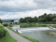 胃の中が団子や餅で消化不良気味なので歩きました~、  賀茂川から高野川が合流し鴨川と成って下って行きます。  その賀茂大橋からの眺めです。