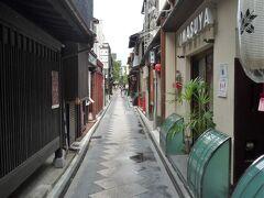 抜けて来たのは「先斗町」の通で昼間は色気なし~、  数十年前から比べれば随分と風情も趣きも変わりましたが祇園と並び街一番の路地には違いないです。