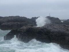お宿のすぐ近くの男鹿水族館の駐車場から荒れた日本海を!