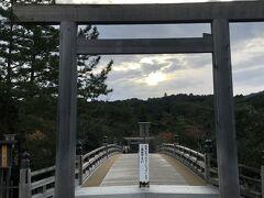 しかし、この日は曇ってたせいか、待っててもこの程度でした。  でも、朝早いせいか誰もいない宇治橋を渡ることができて良かった!
