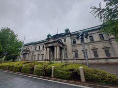日本銀行 大阪支店 明治36(1903)年建設 辰野金吾・葛西万司・永野宇平冶設計 緑青の色が美しい円屋根を持つ、レンガと石造りの本格的洋風建築。この地は明治初期には関西財界の指導者五代友厚の別邸となっていたところ。ベルギーの国立銀行をモデルにして建てられた。 辰野金吾と言えば、去年は東京駅舎のドームを見学する機会があった。