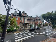 大阪市中央公会堂 重要文化財 大正8年(1918年)  結構雨降っていますがお隣の大阪市中央公会堂にやってきた。  話は違うけど、大阪って傘を差しながら自転車に乗るのが当たり前みたいでビックリしましたよ。老若男女 かなり多くの人が傘さしながら自転車を運転。 あと、道路とかで喫煙している人が多い。 それもびっくり。