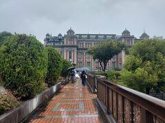 栴檀木橋から見た大阪市中央公会堂  ヨーロッパの街の一角のよう。 絵になります。