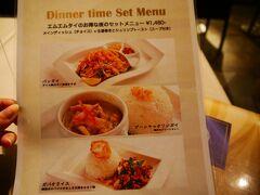 コロナ禍のせいで飲食店が早めに閉店するようになり、ちょっと選択肢減っちゃいましたね…。 今晩のディナーはカハラから少し歩いてMm Thaiに来てみました。 数えきれないくらい前を通ったのに利用するのは初。 前から気になってたんだ~ 19:30ラストオーダーだけど20時以降もテイクアウトなら注文聞いてくれるみたいです。 お得なディナーセットあったのでこれにします。