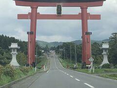 出羽三山神社のある羽黒山に向かう途中にある大鳥居! 弥彦神社の大鳥居とどっちが大きいんやろ? 後ろから車も来ないので路駐してパチリ(^_^;)