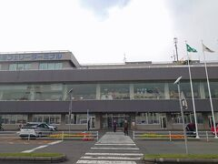 買い物したりしてから、「苫小牧西港フェリーターミナル」に向かいました。少し早めに到着。  ここからは、青森県八戸港、宮城県仙台港、愛知県名古屋港、そして茨城県大洗港行きのフェリーが出ているためか、ターミナル内が充実していました。