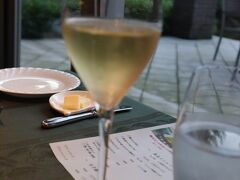 本日は洋食コースなのでシャンパンで乾杯。