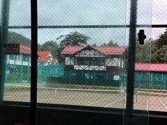 軽井沢会テニスコートを通り、