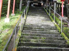 本宮が長野県と群馬県の境にあり、長野県側は熊野皇大神社、群馬県側は熊野神社と呼ばれ、日本武尊が建立したという神社です。  雨上がりなので滑らないように気を付けて階段を登って