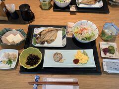 朝ごはんです。焼き魚が美味しかったです。