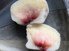 「なか又」の「まゆもち」 コレは白桃を柔らかいお餅で包んだシンプルお菓子 素材が美味しいんだから 美味しく無いわけない!  …………でも 白桃を食べるのでも 良いかもしれない…………