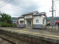 郷原駅。 沿線の無人駅はなんとなくこういう感じの駅舎が多い。