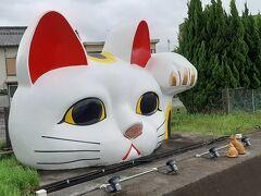 道路沿いの高台には、常滑の街を見守る招き猫とこにゃん。