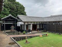 廻船問屋 瀧田家は斜面に沿って建っていて、高い場所の方は有料でした。  下の方は、散歩道の休憩所として提供されていました。