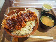 観光するには少し遅い時間に出発したので、お昼は那須サービスエリアのフードコートでご飯食べました