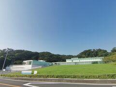 そして向かい側には、横須賀美術館があります。 現在は休館中のようです。建物おしゃれ。