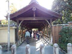 東福寺、三つあるうちの橋を一つ渡って境内へ進みます。