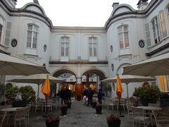 通りとは反対側の出口から中庭へ  カフェ・レストランが入っているのでテラス席が広がっています。