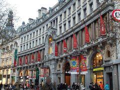 メイヤー通り沿いにある大型ショッピングモール  この建物も宮殿のよう