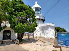 三保関灯台は島根半島東端の美保の地蔵崎の先端にある高さが14m程の、白い石造りの小さな灯台です。 明治31年にフランス人技師の設計により建てられた歴史あるものです。